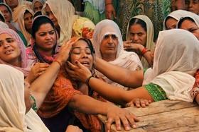 تشییع جنازه یک هندی کشته شده در تقابل آتش میان نیروهای هندی و پاکستانی در جامو مرکز کشمیر هندچ