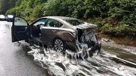صحنه یک تصادف رانندگ که ماشینی با مارماهی و موادی که با آن در یک کامیون حمل می شد پوشانده شده است