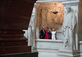 دونالد ترامپ و همسرش همراه امانوئل ماکرو و همسرش از مقبره ناپلئون بناپارت دیدن می کنند