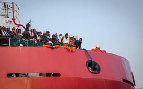 نجات گروهی از مهاجران غیرقانونی در مدیترانه و رسیدن به ساحل ایتالیا