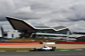 لوئیز همیلتون از قهرمانان رانندگی در حال تمرین در انگلیس برای مسابقات فرمول یک