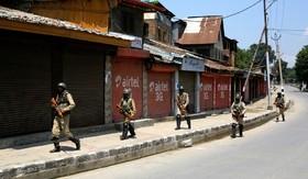 نیروهای ضد شورش هند در مقابل تظاهرکنندگان در سرینگر مرکز کشمیر