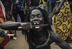 مراسم عجیب مردان سنگالی برای نمایش قدرت (تصاویر +16)
