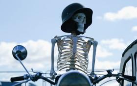 اسکلت روی موتور در جشنواره خودروهای قدیمی و موتورهای بخار در انگلیس