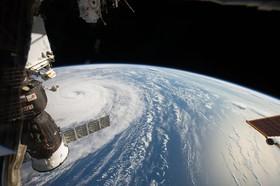 عکسی یک فضانورد در ایستگاه فضایی از گردباد نورو در اقیانوس آرام