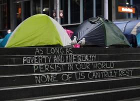 گروهی از بی خانمان ها در سیدنی استرالیا در مرکز تجاری چادر زده و شعار تا زمانیکه بی عدالتی و نابرابری در جهان وجود دارد هیچ کس نمی تواند با آرامش حقیقی باشد