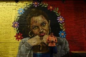 نقاشی های دیواری که در سان سالوادور جوانان هنرمند بجای علامت ها و نقاشی های گروه های تبهکار نقاشی کرده اند