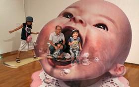 نمایشگاهی از نقاشی های سه بعدی در ژاپن و عکس یادگاری با این نقاشی ها