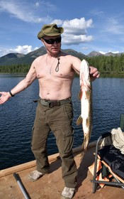 ولادیمیرپوتین رئیس جمهوری روسیه با اردک ماهی صید شده اش عکس یادگاری گرفته