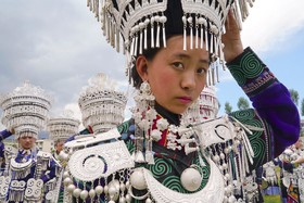 یک عضو قوم ای در چین با لباس سنتی
