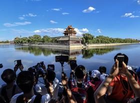 جهانگردان در مقابل موزه ای در شهر ممنوعه در چین