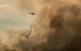 خاوموش کردن آتش در اندونزی با هلیکوپتر آبپاش