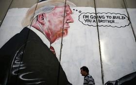 دیوار مانع بین ساحل غربی رود اردن در غزه با سرزمین های اشغالی و نقاشی دیواری از ترامپ