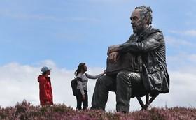 مجسمه مرد نشسته در در وستردیل در انگلیس