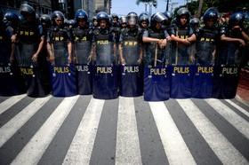 پلیس ضد شورش در مانیل مقابل تظاهرکنندگان مقابل سفارت آمریکا