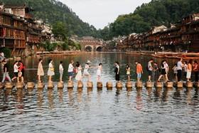جهانگردان در یک شهر قدیمی در فنگهانگ در چین