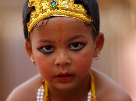 پسری با لباس و آرایش کریشنا در مراسم مذهبی در کاتماندو نپال