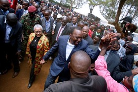 اوهورو کنیاتا رئیس جمهوری جدید کنیا در میان حامیانش