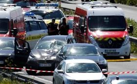 خودرویی که با شیلک گلوله متوقف شده و مجاصره شده به میان گروهی از نظامیان در پاریس رفته بود