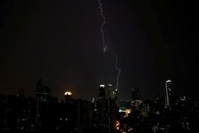 رعد و برق در آسمان شانگهای چین