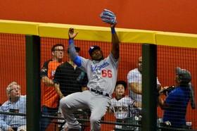 لحظه دشوار گرفتن توپ در یک بازی بیس بال در آمریکا