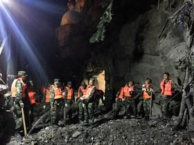 نیروهای امدادی در حال جستجو برای یافتن بازماندگان پس از زلزله اخیر در چین