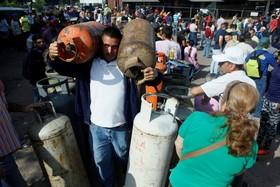 ونزوئلا و مردمی که برای خریدن سیلندر گاز مایع در صف تلاش می کنند