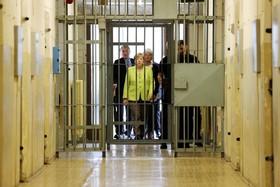 آنجلامرکل صدر اعظم کنونی و نامزد آینده برای انتخاب مجدد در انتخابات آلمان از زندان استاسی سازمان مخوف جاسوسی آلمان شرقی در برلین دیدن می کند