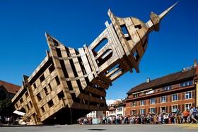 برجی با بیست متر ارتفاع و حدود یک تن وزن در سوئیس با تخته های سبک ساخته شده برای جشنواره محلی