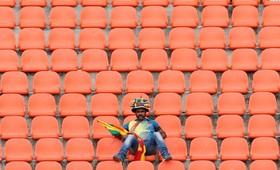 حامی تیم سریلانکا در بازی با هند در میان صندلی های خالی