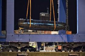 زیردریایی ناتیلوس که یک خبرنگار در آن کشته شد و صاحب آن بازداشت شده است در کپنهاگ دانمارک به ساحل حمل می شود