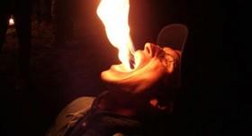 اشتباه هولناک شعبده باز / این زن زیبا هنگام نمایش در آتش سوخت + عکس