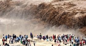 رودخانه زرد در چین و تماشاچیان جهانگردی که برای دیدن این رودخانه در شمال غرب این کشور سفرکرده اند