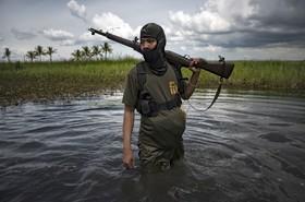 عضو جنبش مبارز مورو در میندانائو در فلیپین در یک منطقه تالابی