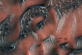 عکسی که ناسا از سطح کره مریخ منتشر کرده که نشان می دهد در سطح این سیاره یخ وجود دارد البته برخلاف زمین یخ خشک دی اکسید کربن