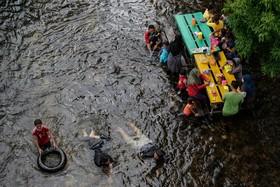 عرضه مواد غذایی در کافه ای در رودخانه ای در گریک پارک در مالزی مردم برای خوردن غذا باید به درون آب بروند