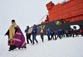ناو اتمی یخ شکن روسی همراه گروه تحقیقاتی و یک کشیش در قطب شمال