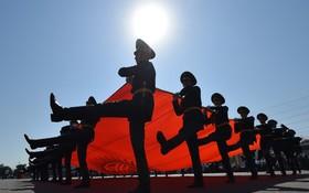 روز ملی قرقیزستان و رژه گارد احترام با پرچم این کشور