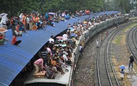 مسافران در روز تعطیلات عید قربان در ایستگاه قطار در داکا بنگلادش