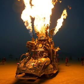 یک خودرو آتش افشان و اثری هنری در فستیوالی در نوادای آمریکا