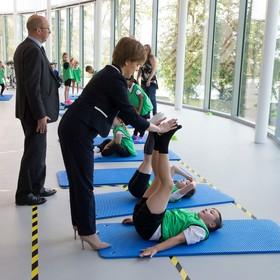 وزیر اسکاتلند در دولت انگلیس در مراسم افتتاح یک مرکز ورزشی