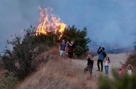 آتش سوزی در بربنک در کالیفرنیا و تماشای هلیکوپترهای آبپاش توسط ساکنان و عکس برداری از آن