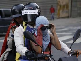 تظاهرکنندگان معترض در کاراکاس ونزوئلا