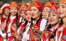 شرکت کنندگان در مراسم روز ملی قرقیزستان در بشکک