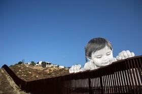 اثری هنری در دیوار مرزی آمریکا و مکزیک در اعتراض به دولت ترامپ