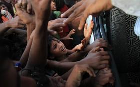 آوارگان روهینگای در بنگلادش در تلاش برای دریافت مواد کمکی غذایی