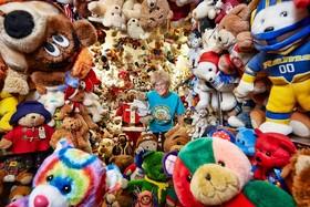 جکی میلی زن آمریکایی که در سال 2018 نامش در کتاب گینس به دلیل داشتن بیشترین عروسک های خرسی ثبت شده است