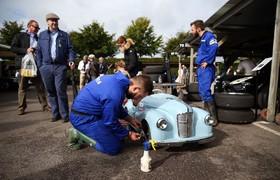 مکانیکی در چیچستر در انگلیس ماشین پدالی را برای جشنواره ای آماده می کند