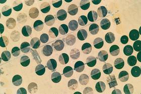 """عکسی فضایی از زمین های کشاورزی بزرگ در صحرای جنوب شرقی مصر/غرق شدن قایق ها در دریای کاراییب به دلیل توفان مهیب """"ایرما""""/ توزیع غذا در میان پناهجویان مسلمان میانماری/توفان در ساحل شهر """"پورتو"""" پرتغال /جشنواره اکتبر در ایالت باواریا آلمان/........."""