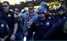 میلو یانوپولوس از رهبران دستراستی پس از  سخنرانی در برکلی آمریکا در محاصره پلیس در حال ترک محل سخنرانی